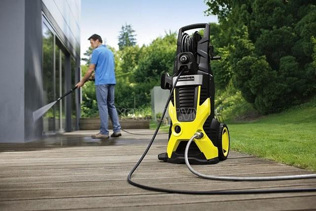 Không chỉ để rửa xe, máy bơm rửa xe mini còn dùng để xịt rửa sàn nhà