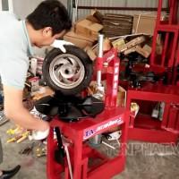 Có nên mua máy ra vào lốp xe máy tự chế hay không?